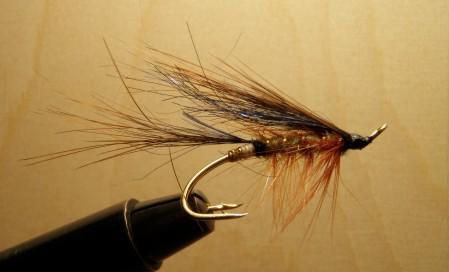 Ruskea/sininen lohiperho kalastukseen
